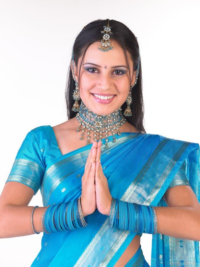 välkomnande för indisk ställing för flicka le royaltyfria bilder