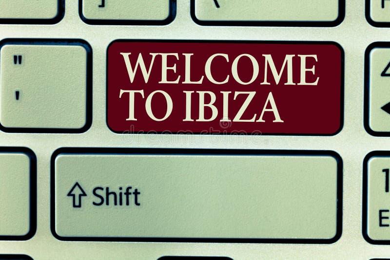 Välkomnande för textteckenvisning till Ibiza Varma hälsningar för begreppsmässigt foto från ett av Balearic Island av Spanien royaltyfri foto