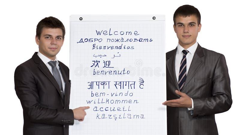 Välkomnande för två ung manlig företags instruktörer royaltyfri foto