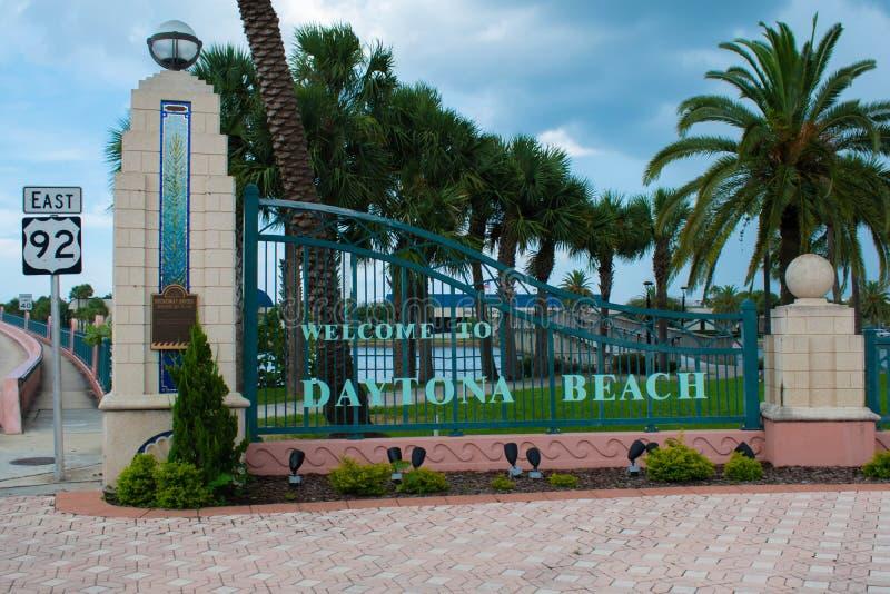 Välkomnande till det Daytona Beach tecknet på Broadway broområde fotografering för bildbyråer
