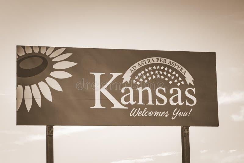 Välkomnande till det Kansas huvudvägtecknet fotografering för bildbyråer