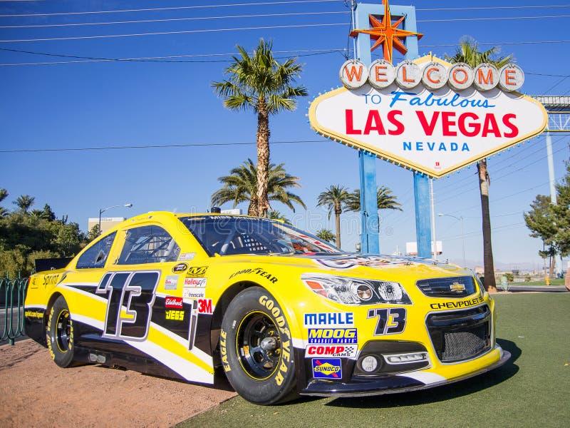 Välkomnande till det Las Vegas tecknet och Nascar den tävlings- bilen arkivfoto