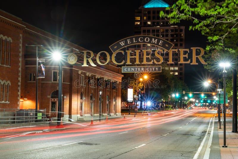 Välkomnande till det Rochester tecknet på natten arkivbild