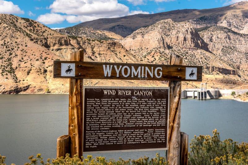 Välkomnande till det Wyoming tecknet till den Wind River kanjonen royaltyfri bild