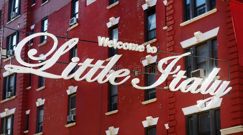 'Välkomnande till lilla Italien 'tecken i italiensk gemenskap som namnges Liten Italien i i stadens centrum Manhattan, New York C arkivfoto