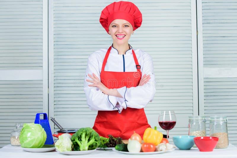Välkomnande till min kulinariska show För kockkläder för kvinna nätt hatt och förkläde Likformig för yrkesmässig kock Förtjusande royaltyfri fotografi