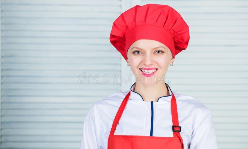 Välkomnande till min kulinariska show För kockkläder för kvinna nätt hatt och förkläde Likformig för yrkesmässig kock Förtjusande royaltyfria foton