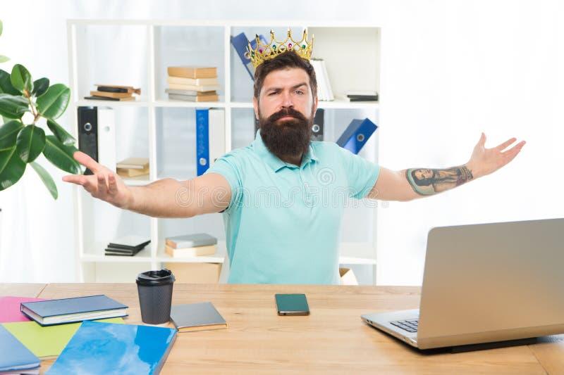 Välkomnande till mitt kungarike Konung av kontoret Prefekt För chefaffärsman för man skäggig krona för kläder för entreprenör öve royaltyfria foton