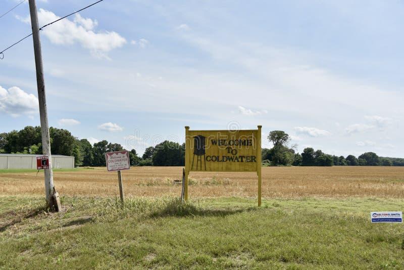 Välkomnande till staden av Coldwater Mississippi arkivfoton