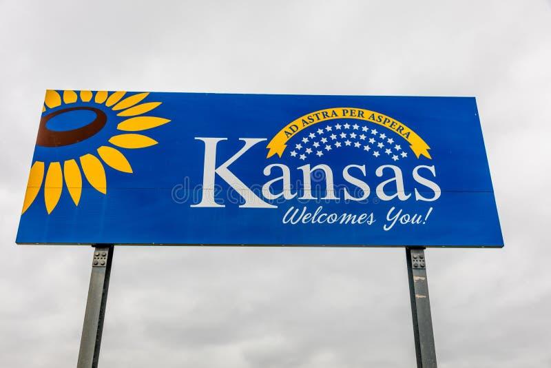 Välkomnande till tillståndet av Kansas - Roadsign royaltyfri foto