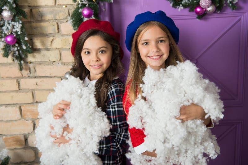 Välkomnande vinter Småbarn med konstgjord snö Lyckliga barn firar jul och nytt år Små flickor med royaltyfri bild