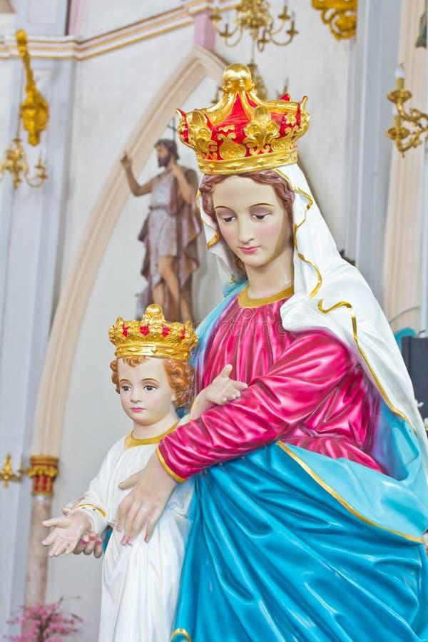 Välsignad jungfruliga Mary staty och barn Jesus arkivfoto
