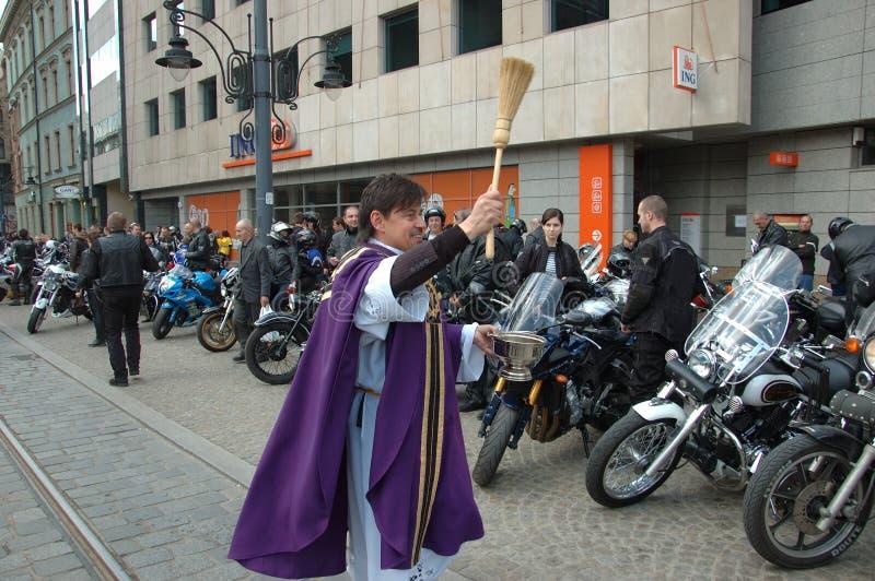 välsignelsemotorcykelpräst royaltyfri bild