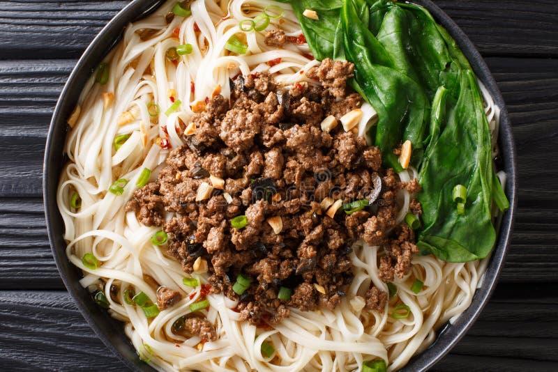 Välsmakande Dan Dan Noodles - och kryddiga Sichuan nudlar som tjänas som med jordköttcloseupen på plattan horisontalb?sta sikt royaltyfri foto