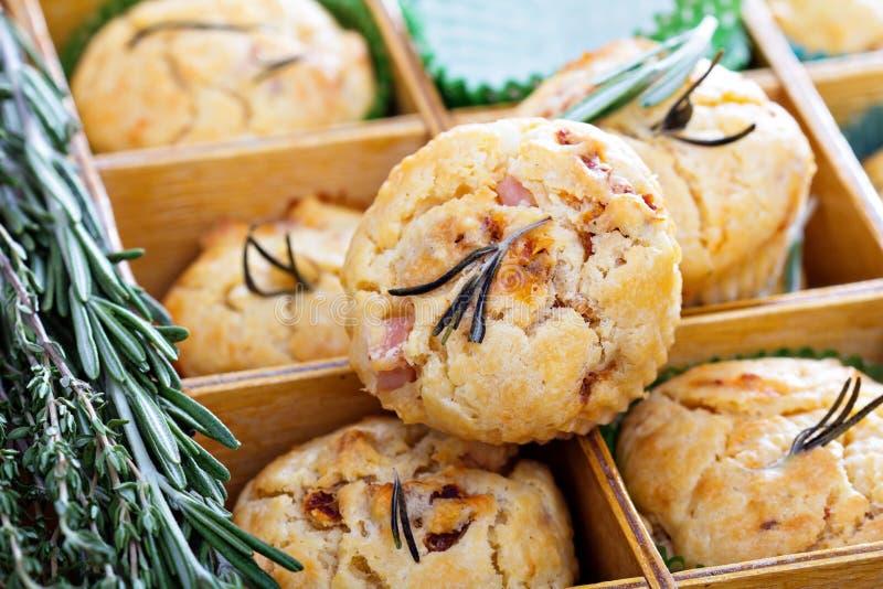 Välsmakande muffin med örter, tomater och skinka arkivbild