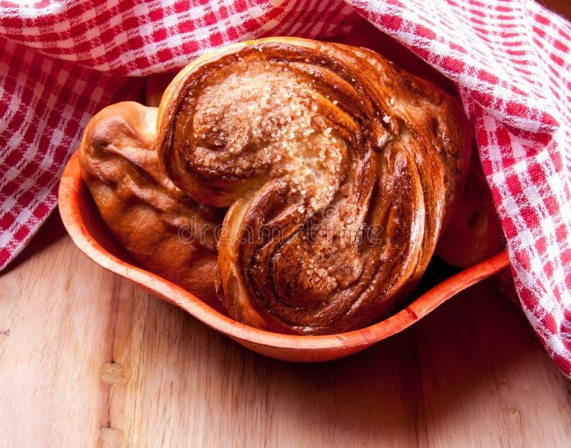 Välsmakande välfyllda små pastejer med röda kökshanddukar Stil för landshus legitimerar arkivfoto