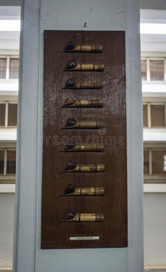 Välta som göras från bambu för att dra den visade Batikmodellen på det wood ramfotoet som tas i Pekalongan Indonesien royaltyfria bilder