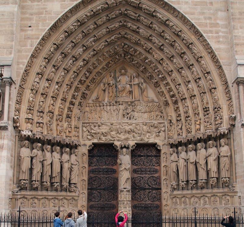 Välva sig ingång, Notre Dame domkyrka, Paris, Frankrike royaltyfria bilder