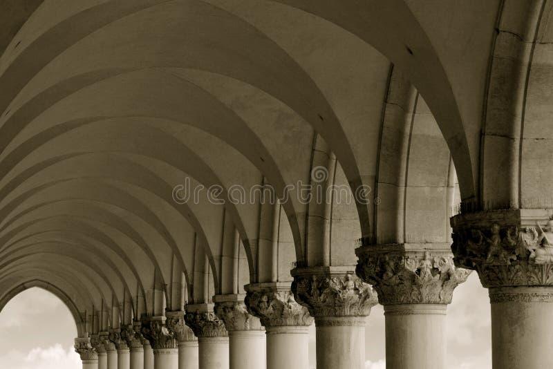 välva sig kolonner fotografering för bildbyråer