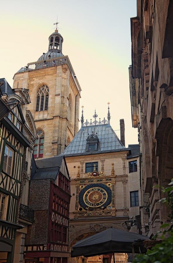 Välva sig med den medeltida astronomiska klockan på den berömda fot- Gros Horlogegatan Fr: Rue de Gros Horloge royaltyfria foton