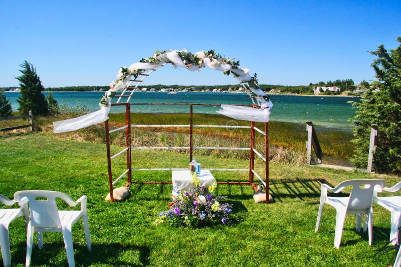 välva sig strandbröllop arkivfoton