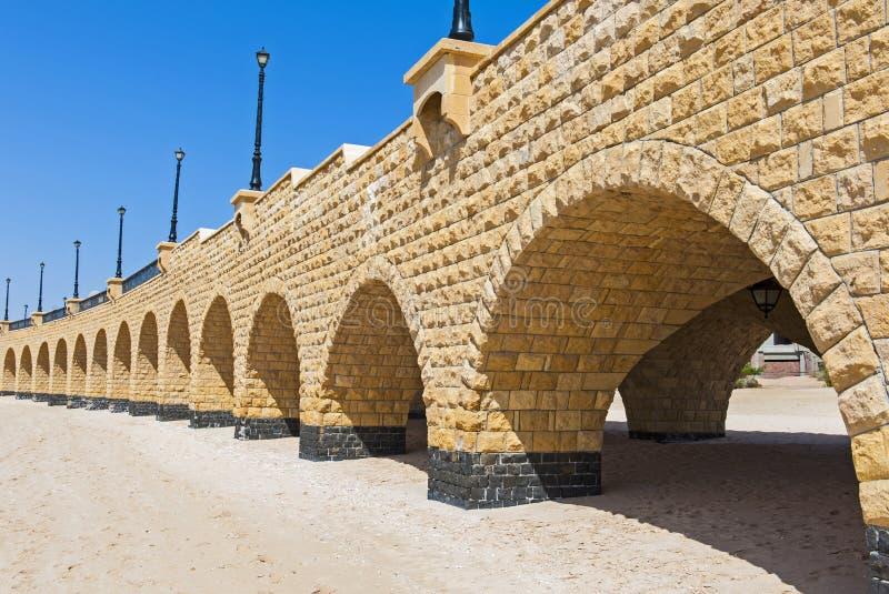 Välvd brostruktur på en tropisk bro royaltyfri foto