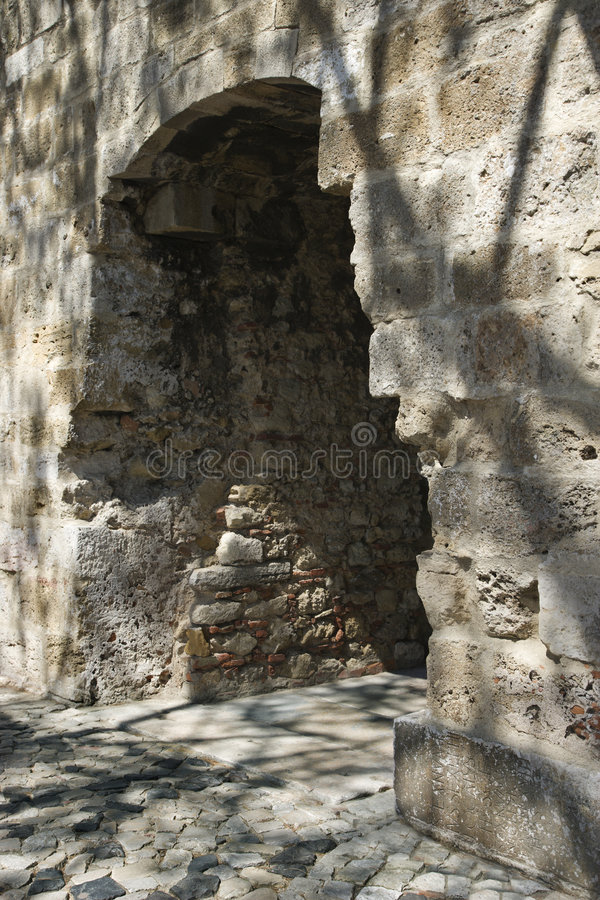 välvd dörröppning lisbon portugal royaltyfri bild
