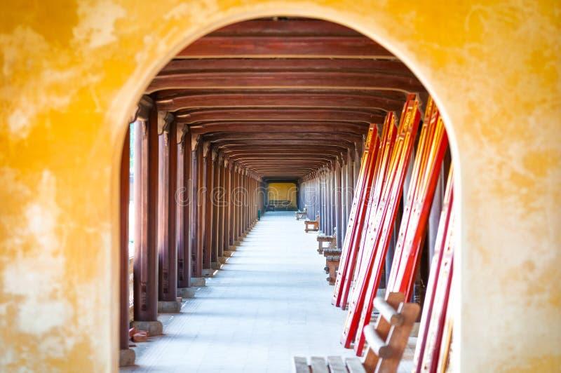 Välvd korridor av toncitadellen, Vietnam, Asien. royaltyfria foton