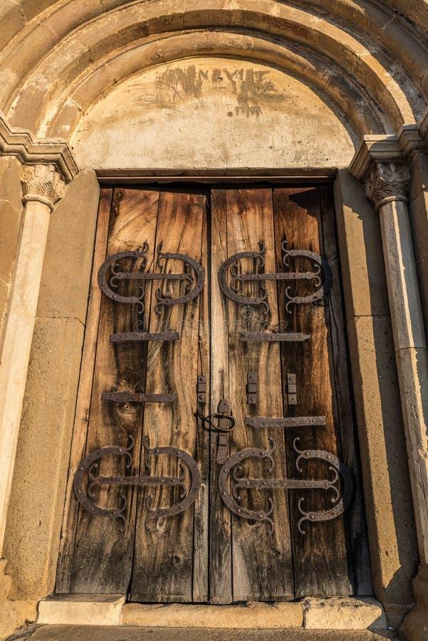 Välvd kyrklig dörr arkivfoton