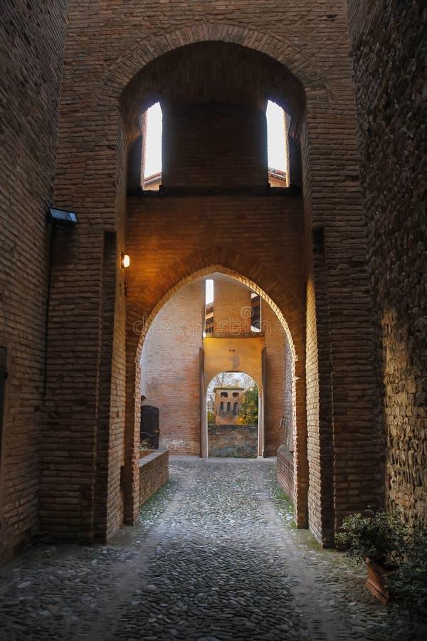 Välvd passage i forntida fästning arkivbilder