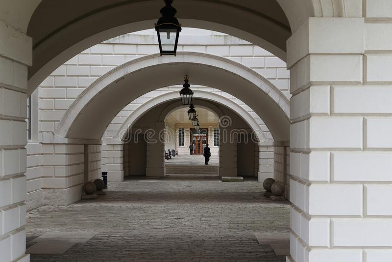Välvd passage till och med huset för drottning` s i Greenwich, London royaltyfri bild
