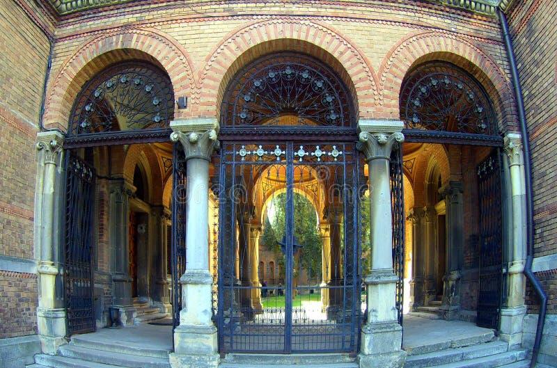 Välvd tegelsteningång och korridor med kolonner arkivfoton