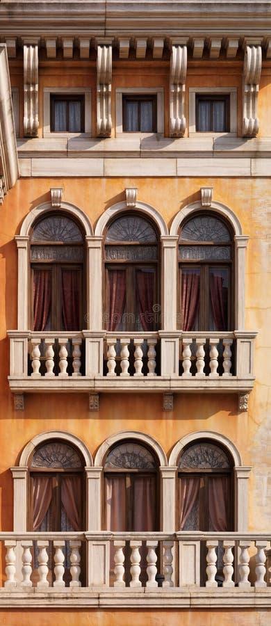 Välvda fönster av det Venetian huset arkivbilder