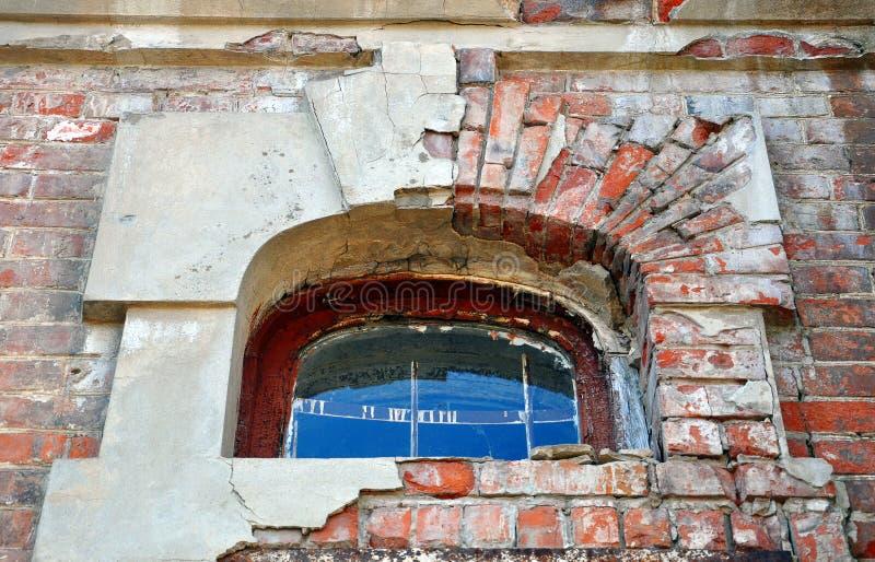 välvt fönster arkivbild