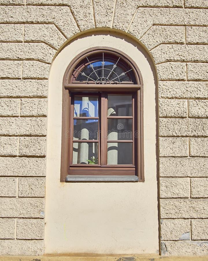 Välvt fönster för hem, Munchen, Tyskland royaltyfri fotografi