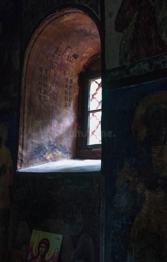 Välvt fönster i den gamla kyrkan arkivbilder