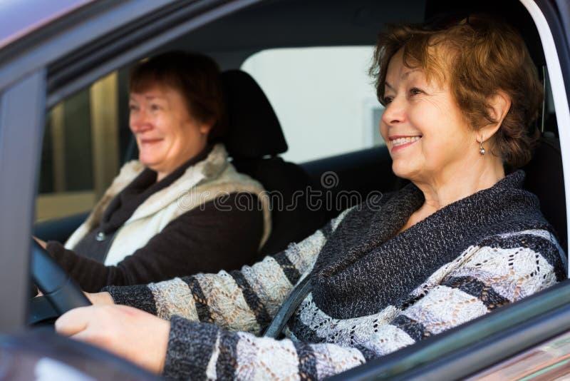 Vän för två kvinnlig i bil royaltyfria foton