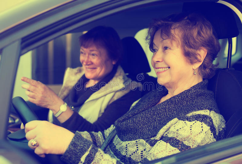 Vän för två kvinnlig i bil arkivfoto