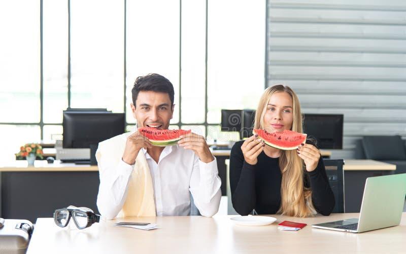 Vän och begrepp för sommarsemester Unga attraktiva par som förbereder lopptillbehör för internationell affärstur royaltyfria bilder