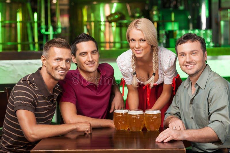 Vän på ölfestivalen. Tre gladlynta manliga vänner och wai arkivfoton