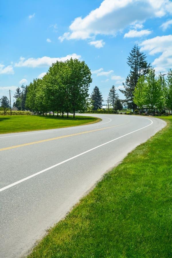 V?nd av asfaltv?gen i landsbygd av Fraser Valley i British Columbia royaltyfria foton