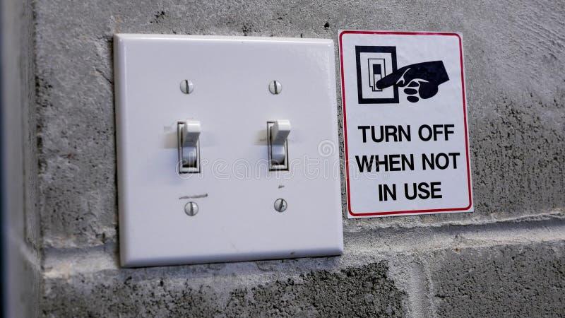 Vänd av den ljusa strömbrytaren, genom att spara maktbegrepp fotografering för bildbyråer