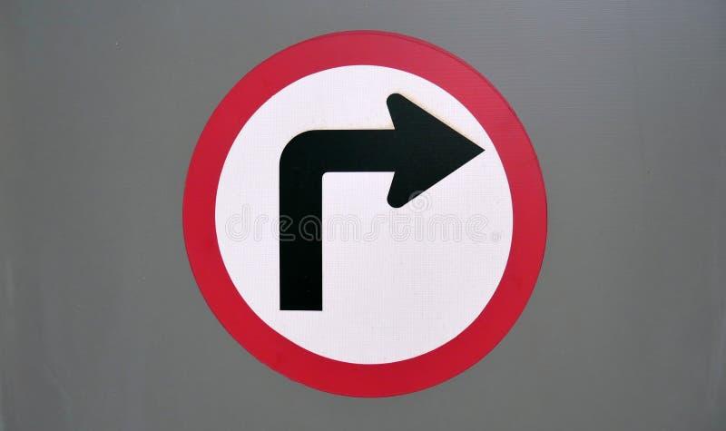 Vänd det högra trafiksymbolet arkivfoton