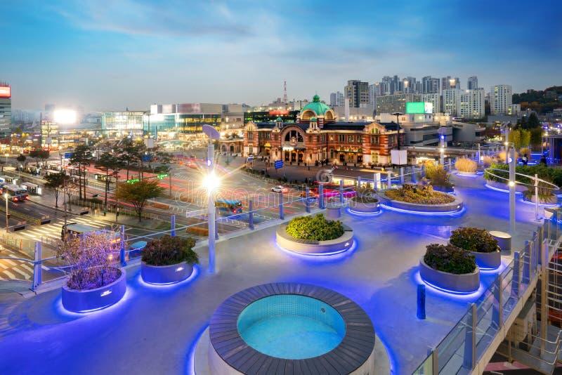 Vänd för Seoul stationsSeoullo 7017 projekt en huvudväg in i en pedestr arkivbild