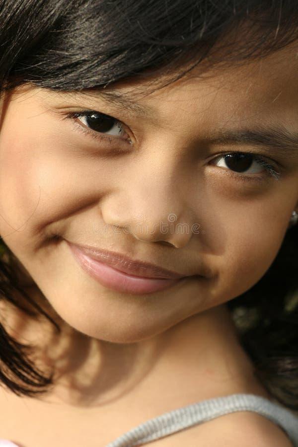vänd flickan mot little som ler royaltyfri bild