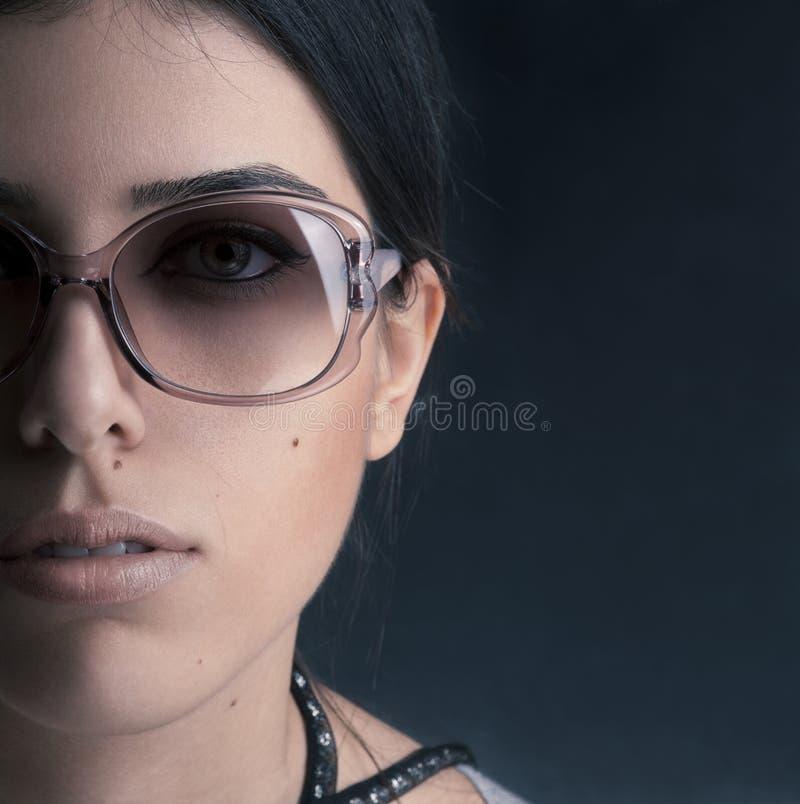 vänd solglasögon för modell s för mode mot half royaltyfri foto