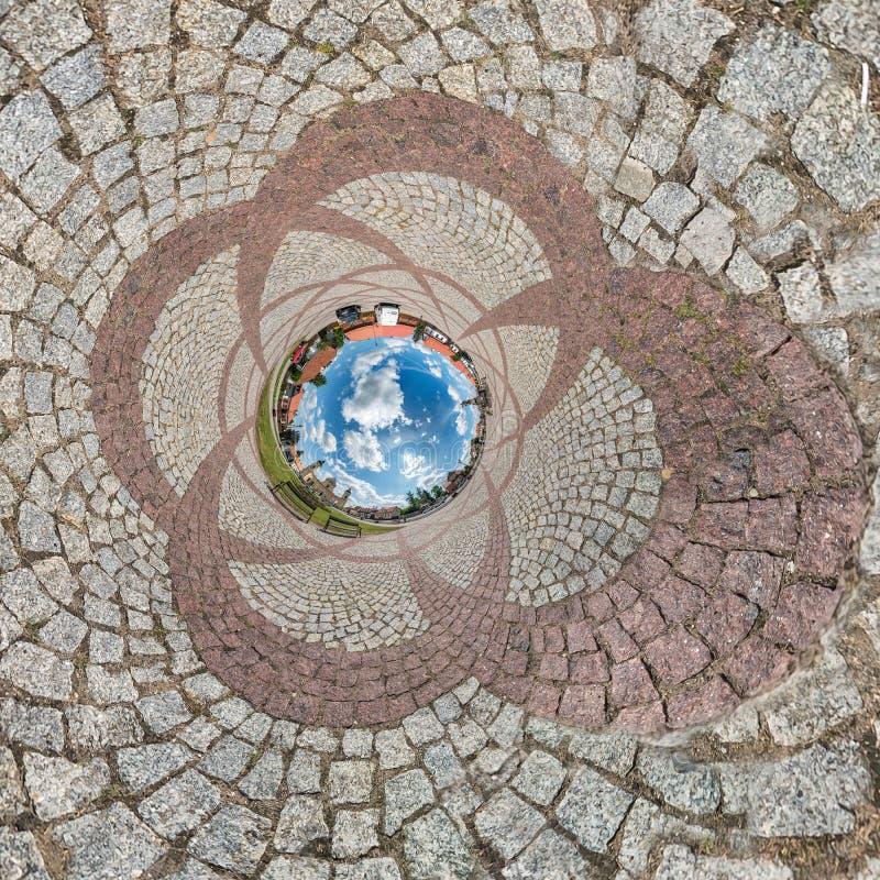 Vänd tillbaka omvänd liten planetsomvandling av sfäriskt panorama 360 grader Sfäriska, abstrakta antenner på fält i arkivfoton
