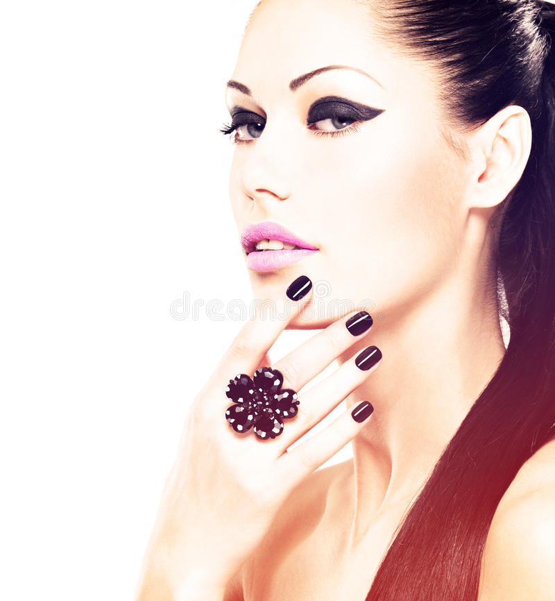 Vända mot av den härliga kvinnan med svart spikar och rosa kanter arkivfoto