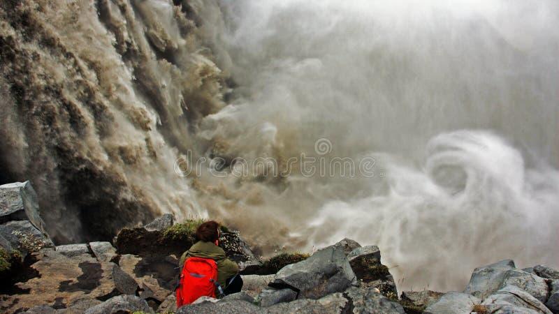 Vända mot den Dettifoss vattenfallet i Island arkivfoton