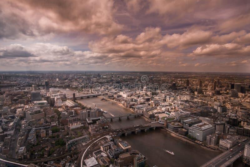 Vända mot för flodThemsen och centrala London, England fotografering för bildbyråer